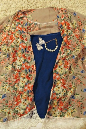 finds and fashions tan floral kimono jacket with white jeans closeup