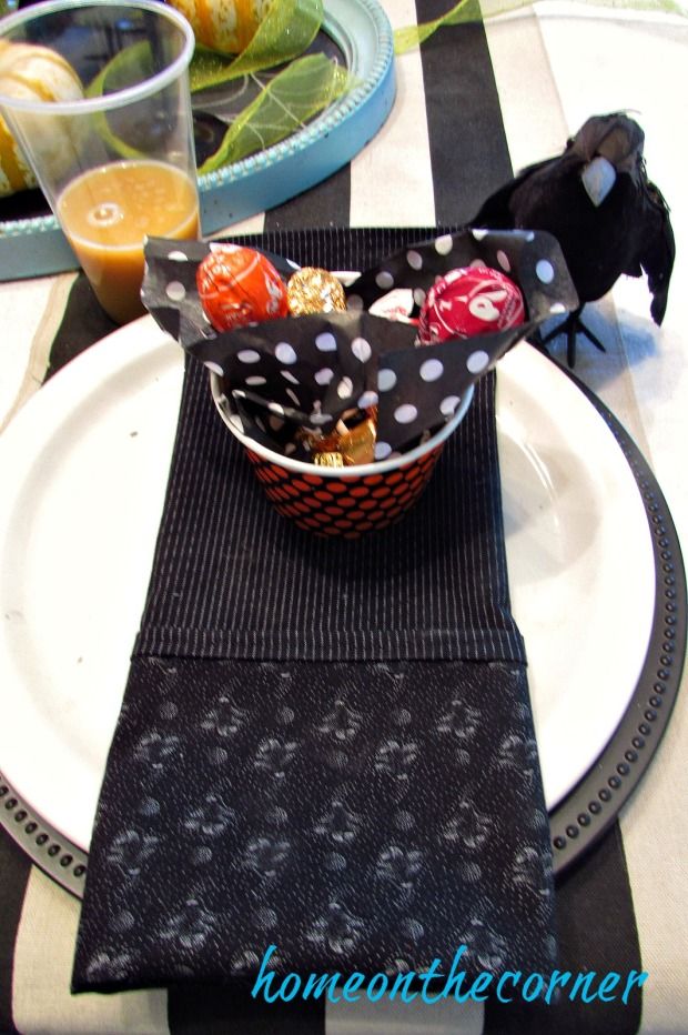 halloween-table-black-placesetting