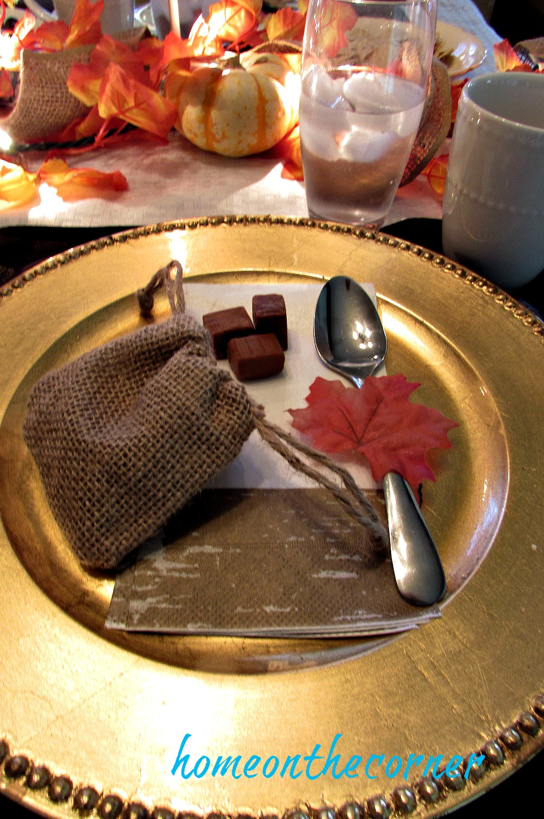 fall-2016-place-setting-gold-and-white