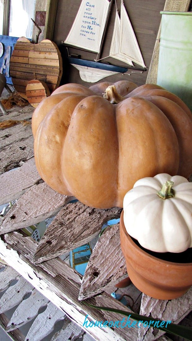 fall 2018 back patio pumpkins and picket table